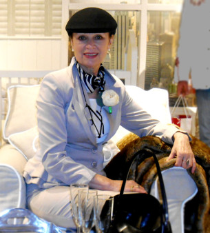 Творческий диапазон  Тамары Сандомировой чрезвычайно широк она создаёт объекты из стекла, разрабатывает проекты общественных и частных интерьеров ,средовой дизайн. Участница многих международных выставок. Её  работы находятся в частных коллекциях  Канады, Аргентины, Европы